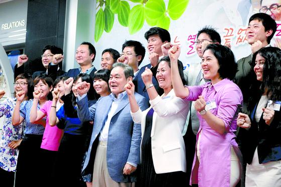 2011년 7월 29일 삼성전자 수원사업장에서 열린 선진 제품 비교 전시회에 참석한 고 이건희 회장(아래 오른쪽에서 셋째). [사진 삼성전자]