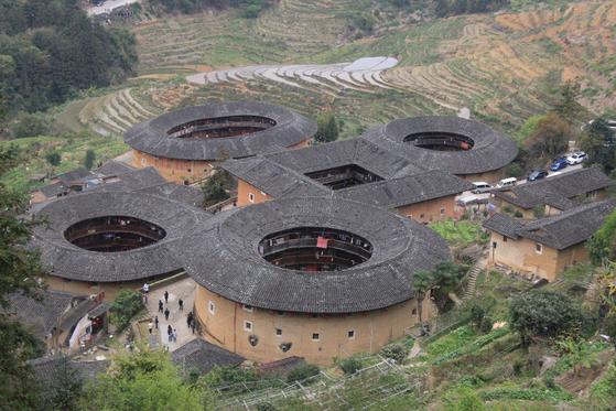 푸젠성 난징현에 있는 톈뤄컹촌 마을의 객가 토루. 네 개의 원형 토루와 하나의 사각형 토루가 모여 있어 사채일탕(四菜一湯)이라 불린다. [사진 윤태옥]