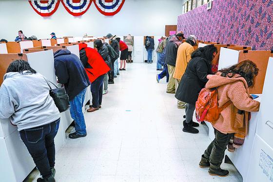 29일 미국 오클라호마시티 시민들이 사전 현장 투표소에서 투표하고 있다. [로이터=연합뉴스]