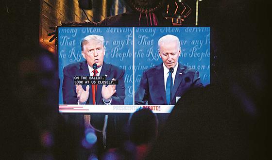 지난 22일(현지시간) 미국 캘리포니아주 웨스트 할리우드의 시민들이 도널드 트럼프 대통령(왼쪽)과 민주당 조 바이든 후보의 두 번째 대선 토론회를 지켜보고 있다. [EPA=연합뉴스]