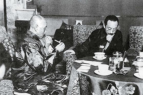 장쭤린(왼쪽)은 일본의 동북진출에 협력과 반목을 병행했다. 오른쪽은 일본 공사 요시자와 겐키치(芳澤謙吉). 1928년 5월, 베이징. [사진 김명호]