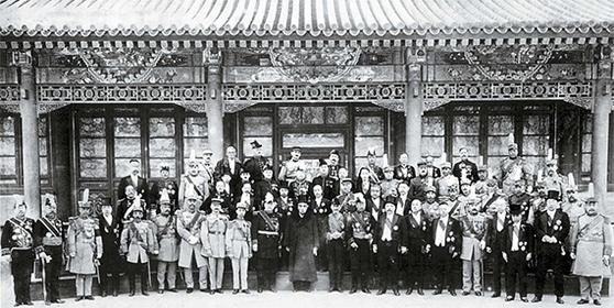 북양정부 4대 총통 쉬스창(徐世昌, 한가운데)과 내각 성원, 각 성의 독군(督軍)들과 함께 프랑스 군사대표단 환영식에 참석한 장쭤린(앞줄 왼쪽 다섯째). 1918년 10월 27일, 베이징 중난하이. [사진 김명호]