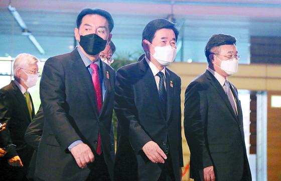 김진표 한일의원연맹 회장(가운데) 등 대표단이 13일 스가 요시히데 일본 총리와 면담하기 위해 총리관저로 이동하고 있다. [연합뉴스]