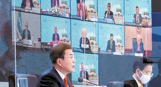 문재인 대통령이 20일 청와대에서 열린 아시아태평양경제협력체(APEC) 화상 정상회의에서 발언하고 있다. [뉴시스]