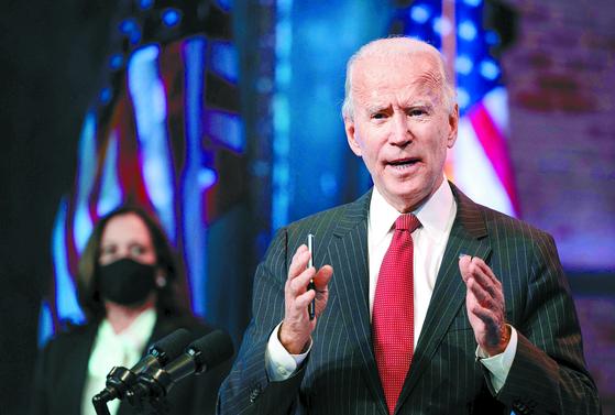조 바이든 미국 대통령 당선인이 19일 윌밍턴에서 카멀라 해리스 부통령 당선인이 배석한 가운데 기자회견을 열고 있다. [AFP=연합뉴스]