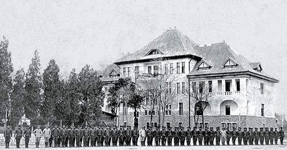 마적에서 군인으로, 군인에서 다시 경찰로 태어난 왕년의 마적들. 1918년 펑톈(지금의 선양). [사진 김명호]
