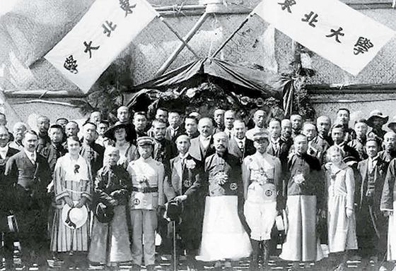 동북대학교 개교식에 참석한 왕융장(앞줄 오른쪽 다섯째). 오른쪽 넷째는 장쉐량(張學良). 교장은 왕융장이 겸했다. 1923년 4월 26일, 펑톈(지금의 선양). [사진 김명호]