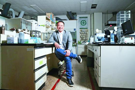 나트륨 이차전지를 연구하는 명승택 세종대 교수의 연구실 모습. 신인섭 기자