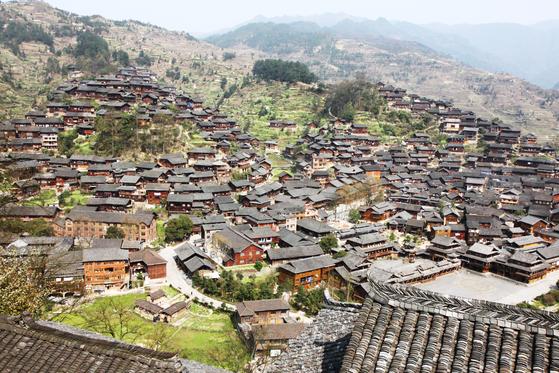 구이저우성 카이리시 외곽에 있는 시장이라는 먀오족(苗族) 마을. [사진 윤태옥]