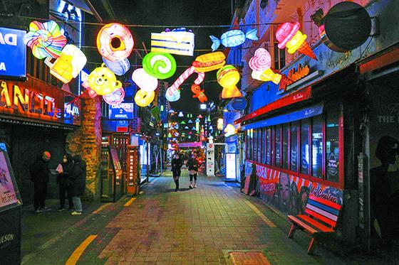 코로나19 확산에 따라 서울시가 5일부터 대부분 점포의 밤 9시 이후 영업중지를 결정했다. 4일 밤 서울 이태원 세계음식거리가 한산하다. [뉴시스]