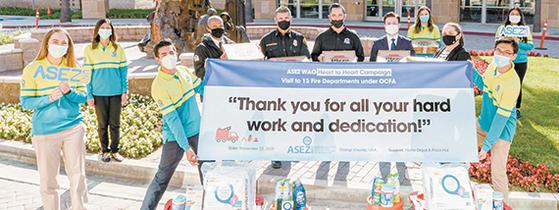 코로나19 방역 일선 영웅들에게 감사를 전하고자 '하트 투 하트' 캠페인을 전개하는 아세즈와오. 미국 오렌지카운티 소방청에 응원 키트를 전달했다.