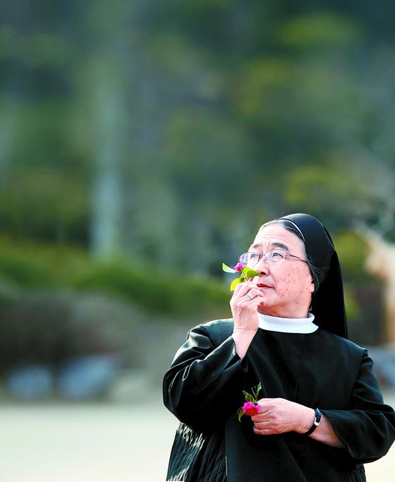 '서정시의 영성'을 실천해온 이해인 수녀. 중앙SUNDAY에 코로나 극복을 응원하는 신년 시를 보내왔다. 오종택 기자