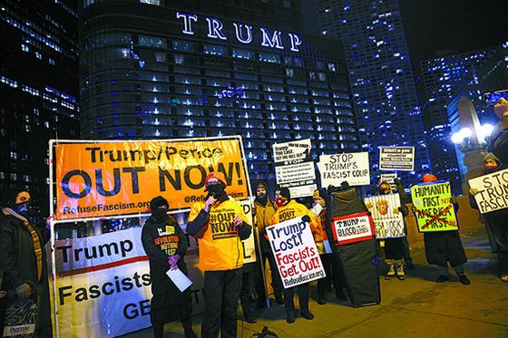 7일 미국 시카고 트럼프 타워 앞에서 시위대가 트럼프 탄핵을 외치고 있다. [AFP=연합뉴스]