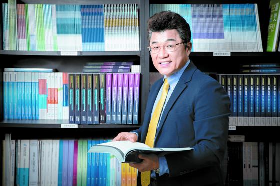 지난 연말 제 27대 한국체육학회장에 취임한 김도균 교수가 체육학회 사무실에서 자료를 찾아보고 있다. 전민규 기자