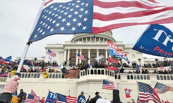 트럼프 지지자들이 지난 6일 의사당을 점령한 뒤 시위를 벌이고 있다. [로이터=연합뉴스]