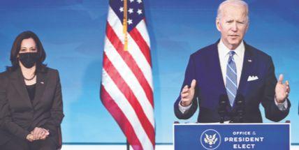 조 바이든 미국 대통령 당선인이 14일(현지시간) 델라웨어주 윌밍턴에서 카멀라 해리스 부통령 당선인과 기자회견을 하고 있다. [AFP=연합뉴스]