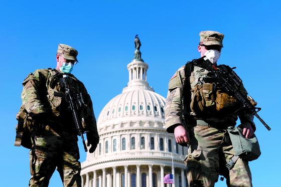 14일(현지시간) 미국 워싱턴DC 의사당 주변에서 무장한 주방위군 병사들이 경계 근무를 서고 있다. 미국토안보부는 조 바이든 대통령 당선인 취임식을 앞두고 지난 13일부터 군 병력을 도시 곳곳에 배치해 트럼프 지지자들의 시위가 벌어질 것에 대비하고 있다. [AP=뉴시스]