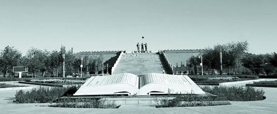 덩샤오핑은 펑위샹의 업적을 높이 평가했다. 펑이 북벌을 결의한 우위안에 거대한 기념광장을 조성했다. [사진 김명호]