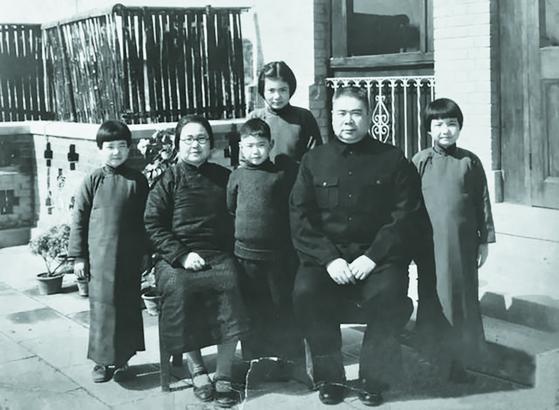 펑위샹과 리더촨은 1남 3녀를 뒀다. 뒷줄이 장녀 펑리다. 1940년, 충칭. [사진 김명호]