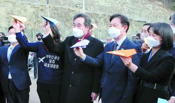 이낙연 민주당 대표가 지난 21일 부산 가덕도 대항전망대를 찾아 가덕도 신공항 추진을 다짐하며 종이비행기를 날리고 있다. 송봉근 기자