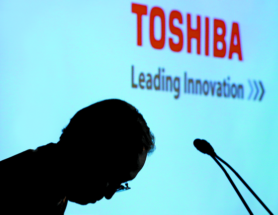 2017년 4월 쓰나카와 사토시 도시바 사장이 메모리 부문 매각을 발표했다. [AP=뉴시스]