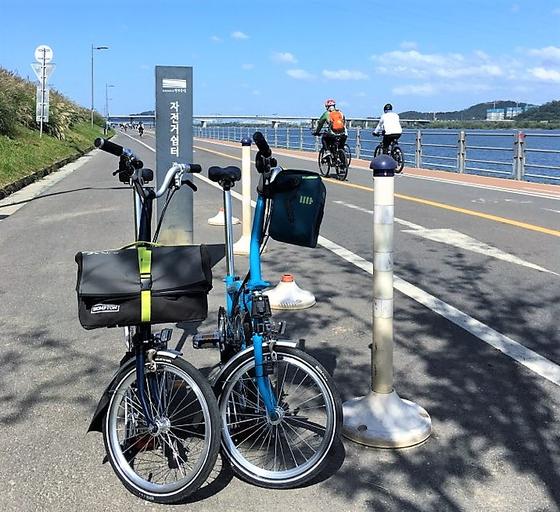 김동준(서울 영등포구)씨는 코로나19가 닥친 2020년 봄에 자전거를 구입해 아내와 함께 한강변을 달리고 있다. 2020년 9월에 김씨가 자신과 아내의 자전거를 촬영했다. [사진=김동준]