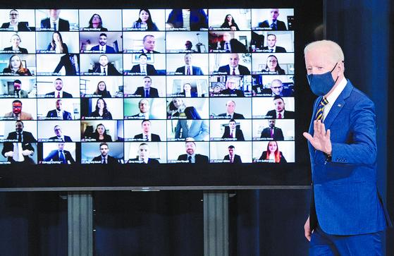 조 바이든 미국 대통령이 4일(현지시간) 국무부 청사를 방문해 연설한 뒤 국무부 직원들과 화상으로 인사를 나누고 있다. [AFP=연합뉴스]