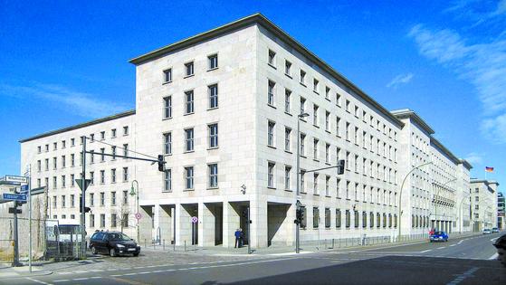 동독경제 청산 업무를 맡은 신탁관리청이 있었던 베를린 재무부 청사. 원래는 동독 대외경제부 건물이었다. 신탁관리청은 4만5000개의 사업장을 민영화하거나 정리하는 업무를 수행했다. [사진 독일 연방문서보관소]