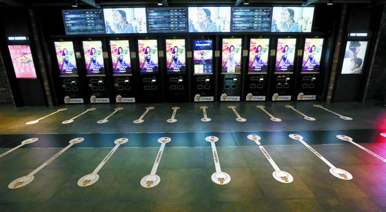 1년여 동안 기승을 부린 코로나19 여파로 극장 관람객과 매출이 급감했다. 영화진흥위원회의 통합전산망에 따르면 지난달 4일 영화관을 방문한 관람객 수는 1만4518명으로 공식 통계 집계 사상 최저치를 기록했다. 사진은 서울의 한 영화관 매표소. [뉴시스]
