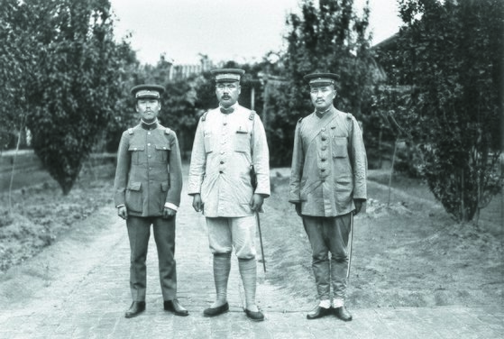 육군검열사 시절의 펑위샹(가운데). [사진 김명호]
