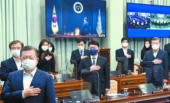 문재인 대통령이 지난 16일 청와대에서 열린 국무회의에서 국기에 대한 경례를 하고 있다. 오른쪽 끝이 신현수 청와대 민정수석. [청와대사진기자단]