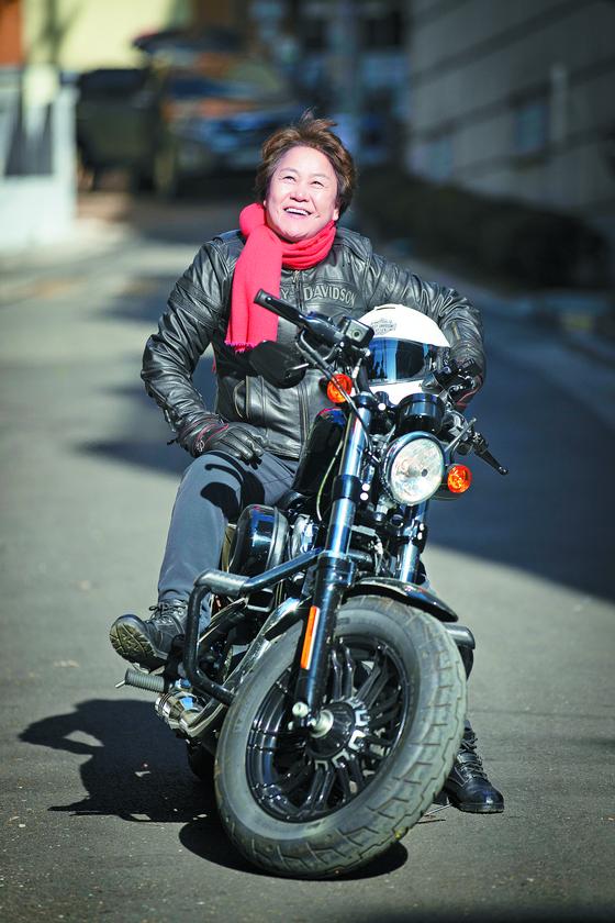 '통제'라는 별명의 오토바이 '할리 데이비슨'을 탄 신 교수. 전민규 기자