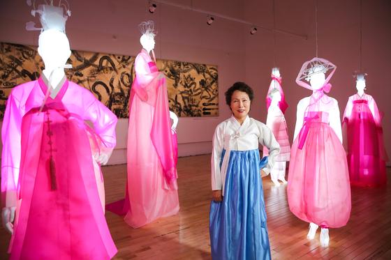 남원시립김병종미술관에서 한복 전시 '다이얼로그, 상춘곡'을 시작한 한복 디자이너 김혜순. 남원의 꽃 여귀로 염색한 분홍 한복을 LED 조명이 켜진 마네킹에 입혀 놓았다. 장정필 객원기자