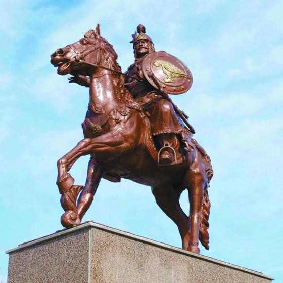 불가리아 스트렐차시에 세운 아스파루흐 칸 동상. 681년 '불가리아 제1제국'을 건국한 인물이다. [사진 토닌, 위키피디아, 히스토리움닷컴, 비엔나 문화역사박물관]