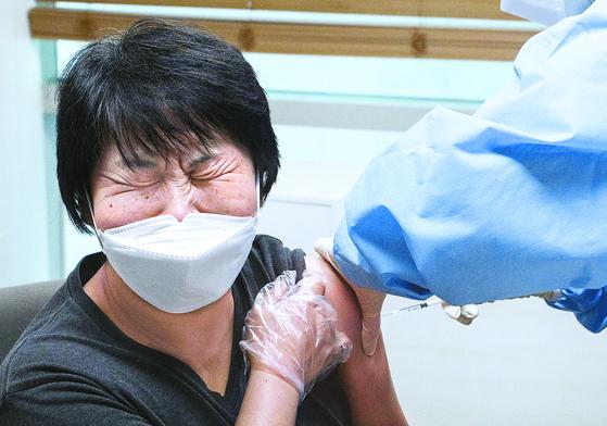 신종 코로나바이러스 감염증(코로나19) 백신의 국내 접종이 시작된 26일 서울 관악구보건소에서 정수경 관악치매전문요양센터 요양보호사가 아스트라제네카 백신을 맞고 있다. [뉴스1]