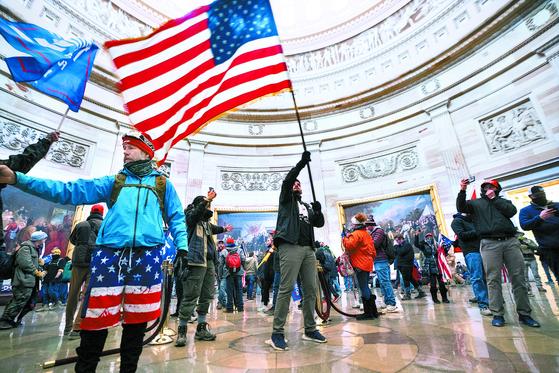 지난달 6일 미국 워싱턴 의회에 난입한 트럼프 지지자들. [EPA=연합뉴스]