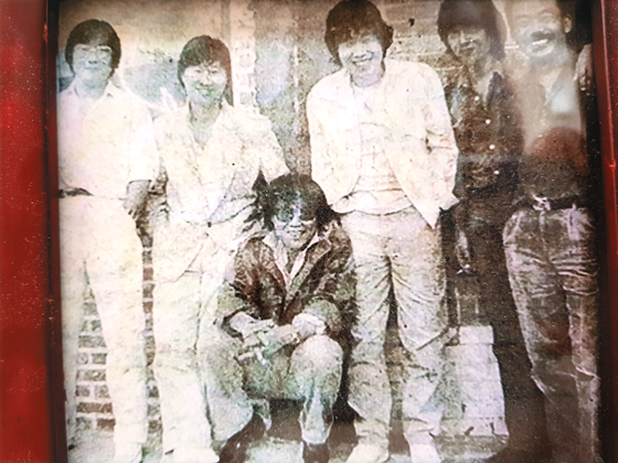 1960~1970년대 음악다방 쎄시봉은 청바지·통기타로 상징되는 청년 문화의 상징 같은 곳이었다. 숱한 스타가 이곳을 거쳐 갔다. 왼쪽부터 윤형주·김세환·조영남(앉은 이)·송창식·조동진·이장희씨. 1986년 미국 LA 슈라인 오디토리엄에서 열린 쎄시봉 공연 당시 모습. [사진 조영남]