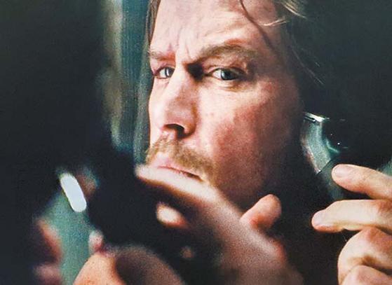 영화 '마션'에서 지구 귀환을 앞둔 주인공(맷 데이먼)이 왈 트리머로 면도하는 모습.