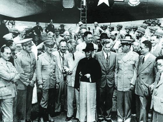중일전쟁 기간 윈난은 중국의 후방기지였다. 중국 전구(戰區) 사령관 장제스 영접하기 위해 쿤밍 공항에 나타난 룽윈. [사진 김명호]