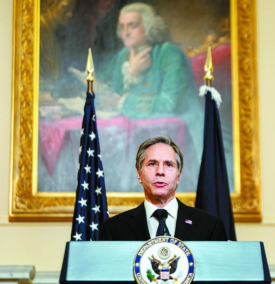 토니 블링컨 미국 국무장관이 지난 3일(현지시간) 국무부 청사에서 취임 후 첫 외교 정책 연설을 하고 있다. 블링컨 장관은 17~18일 한국을 방문할 예정이다. [AP=연합뉴스]