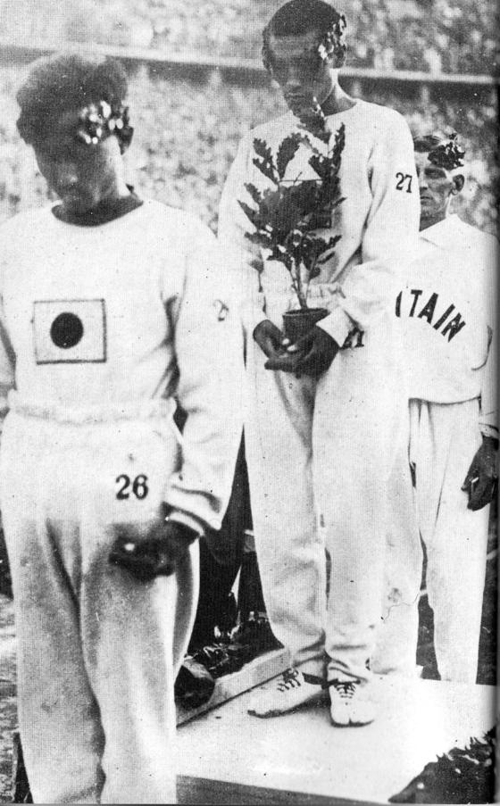 베를린 올림픽 시상식에서 손기정이 월계수로 일장기를 가리고 있다. 앞은 3위 남승룡, 뒤는 2위 하퍼. [사진 손기정 평전]