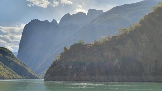 진사강 양안의 협곡은 절경을 자랑한다. [사진 윤태옥]