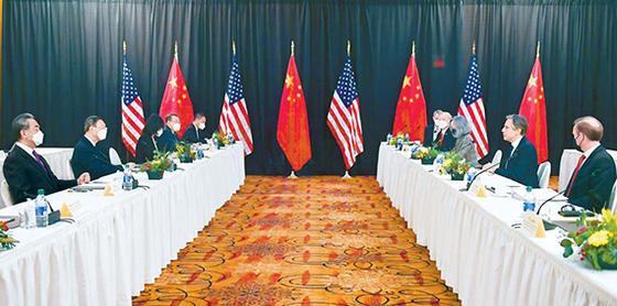 18일(현지시간) 미국 알래스카에서 열린 미·중 고위급 회담에서 토니 블링컨 미 국무장관이 모두발언을 하고 있다. 이날 회의에는 블링컨 장관과 제이크 설리번 백악관 국가안보보좌관(오른쪽 둘째·첫째), 양제츠 중국 공산당 외교 담당 정치국원과 왕이 외교부장(왼쪽 둘째·첫째)이 참석했다. [AP=뉴시스]