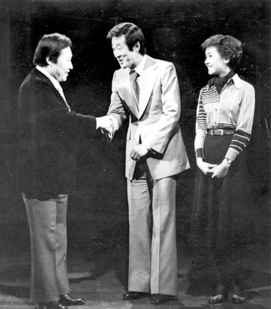 1976년 TBC 프로 '쇼쇼쇼'를 11년간 이끌었던 곽규석(왼쪽)씨가 MC 자리를 위키리, 정윤희씨에게 넘겨 주는 장면.