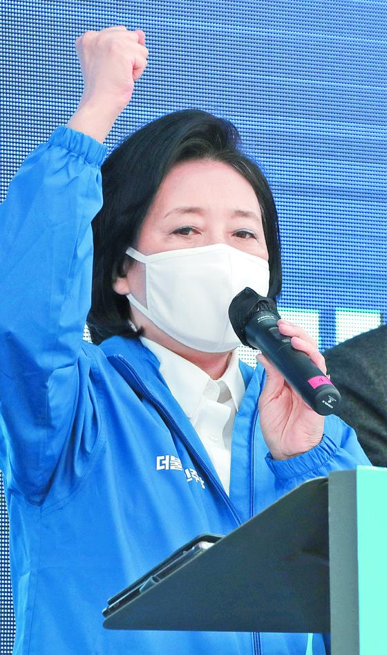 서울시장 보궐선거에 출마한 박영선 민주당 후보가 26일 신촌에서 유세를 벌이고 있다. [국회사진기자단]