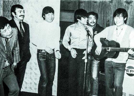 1971년 한 파티에 초대받은 김세환·윤형주·이장희·송창식씨(왼쪽부터). 음악다방 쎄시봉 멤버들은 70년대 초반 '우리는' '우리들의 이야기' 등 노랫말이 아름다운 가요들을 쏟아냈다. [사진 윤형주]