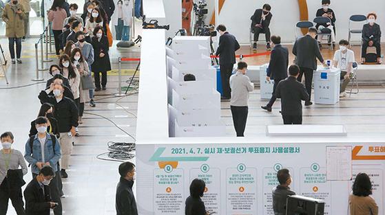 4·7 재·보궐선거 사전투표 첫날인 2일 오후 서울역에 설치된 사전투표소를 찾은 시민들이 길게 줄을 선 채 투표 순서를 기다리고 있다. 사전투표는 2~3일 이틀간 재·보궐선거 지역에 설치된 722개 사전투표소에서 실시되며, 투표시간은 오전 6시부터 오후 6시까지다. [AP=뉴시스]