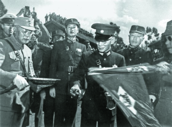 항일전쟁 시절, 쿤밍의 야외행사 개막식장에 입장하는 룽윈(중앙). [사진 김명호]