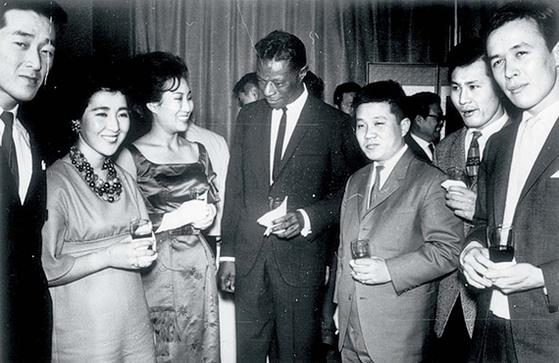 1965년 내한공연한 미국 가수 냇 킹 콜. 맨 왼쪽이 위키 리. 냇 킹 콜 오른쪽이 최희준. 맨 오른쪽이 가수 유주용. [사진 성승모, 중앙포토]