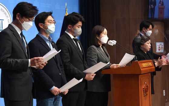 장철민·장경태·오영환·이소영·전용기 등 더불어민주당 2030 의원들이 9일 국회에서 당 쇄신을 촉구하는 기자회견을 열고 있다. [뉴스1]
